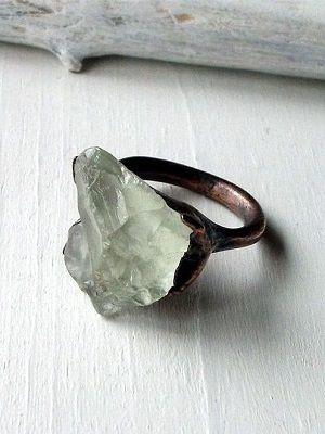 кольцо с необработанным камнем