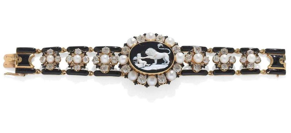 Браслет середины XIX века с камеей из оникса, украшенный эмалью, жемчугом и бриллиантами
