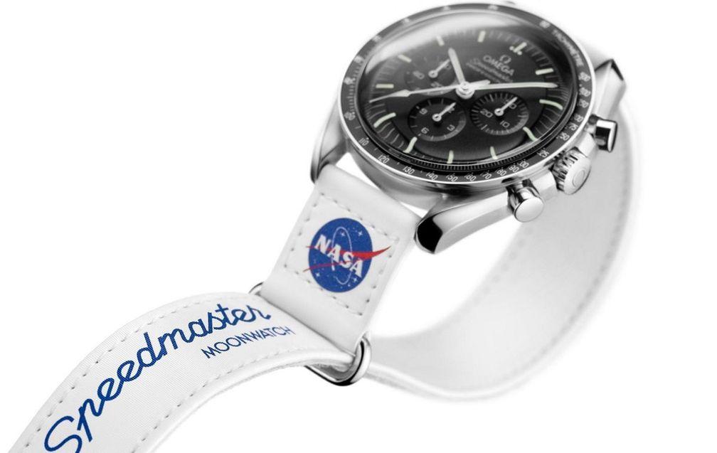 Speedmaster Moonwatch с белым ремешком на липучке