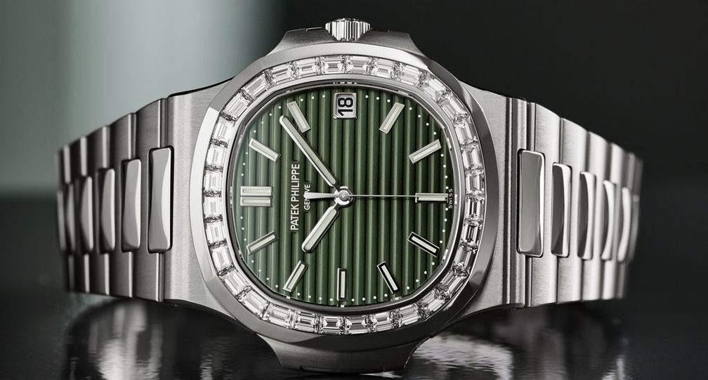 Модель Ref. 5711 / 1300A-001 выполнена из нержавеющей стали с новым оливково-зеленым циферблатом и 32 бриллиантами