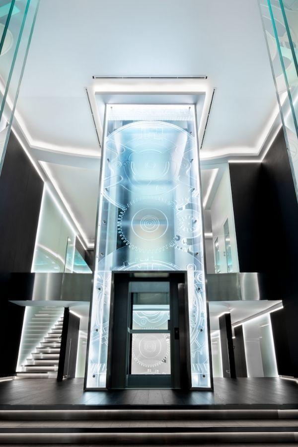 Стеклянный лифт в бутике Richard Mille в Pavilion KL