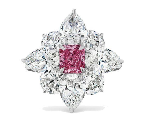 Кольцо Flora из платины с фантазийным, насыщенного пурпурно-розового цвета бриллиантом и белыми бриллиантами
