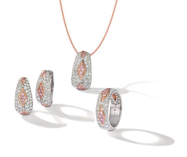 Серьги из платины и розового золота, кулон из платины и розового золота, кольцо из платины и розового золота с бриллиантами Аргайл
