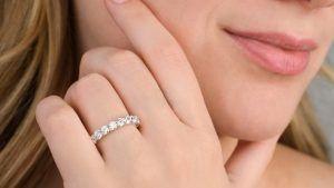Как выбрать обручальные кольца с дорожкой из бриллиантов