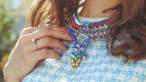 Какие украшения идеально подойдут к голубому платью