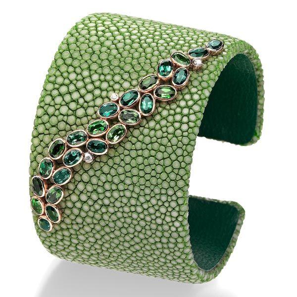 Зеленая манжета от Schullin из кожи ската и этического розового золота с зеленым турмалином карата и бриллиантами