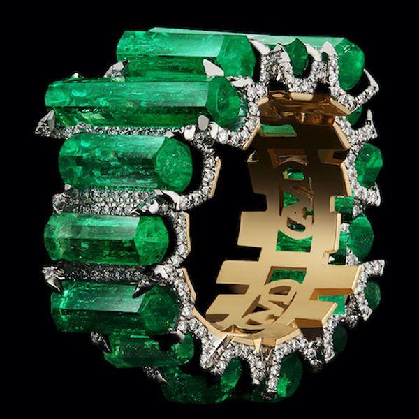 Уникальное кольцо от Alexandra Mor из желтого золота с колумбийскими изумрудами и бриллиантами Muzo