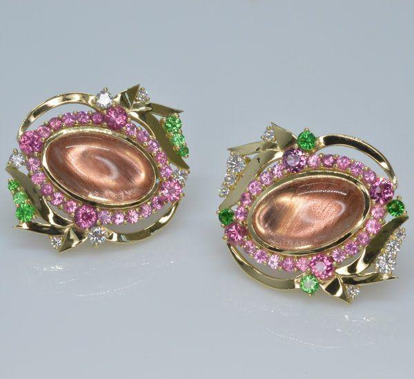 Запонки от The Gem Vault из желтого золота с орегонскими солнечными камнями, розовой шпинелью, цаворитами и бриллиантами
