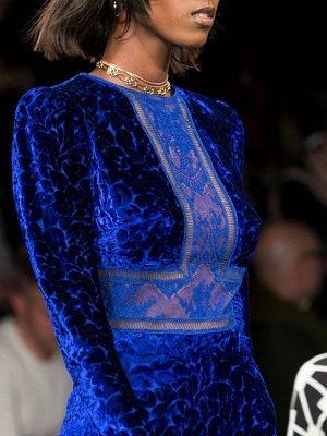Какие украшения идеально подойдут к синему платью?
