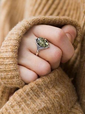 Зеленый янтарь: особенности и применение редкого камня