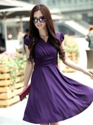 Платье с драпировками не требует сложных украшений