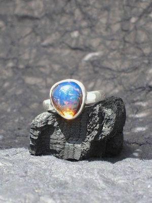 украшение с камнем голубого цвета