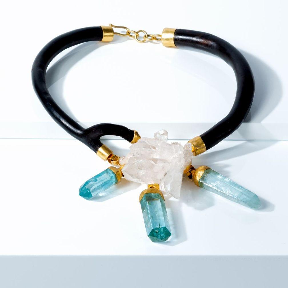 Ожерелье из 22-каратного золота с черным кораллом, хрусталем и аквамарином