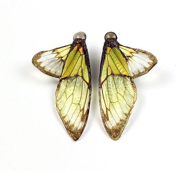 Серьги Chartreuse из золота с крыльями цикады, смолой, лаком, краской и дымчатым кварцем