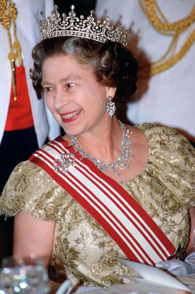 Королева Елизавета II на государственном банкете в Сингапуре. Ее бриллиантовая тиара сделана ювелирным домом Garrard
