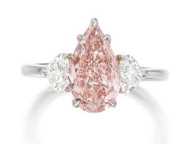 Кольцо с фантазийным оранжево-розовым бриллиантом грушевидной огранки весом 2,02 карата
