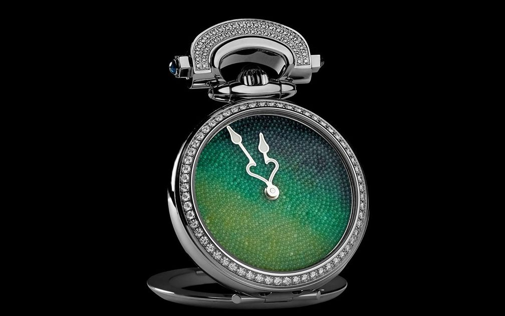 Трансформируемый корпус позволяет превратить наручные часы в настольные