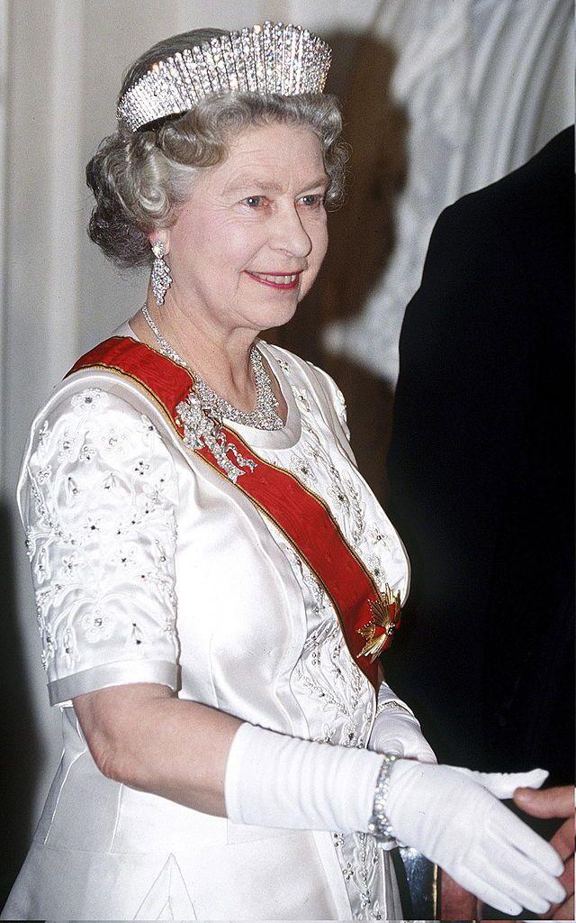 Королева Елизавета II в тиаре «Русская бахрома», бриллиантовом ожерелье и броши