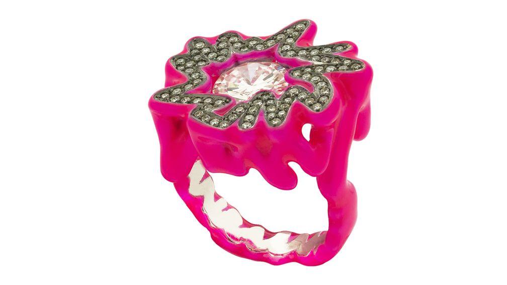 Кольцо Hot Pink Diamond Scribbles («Ярко-розовый бриллиант с каракулями») от Соланж Азагури-Партридж