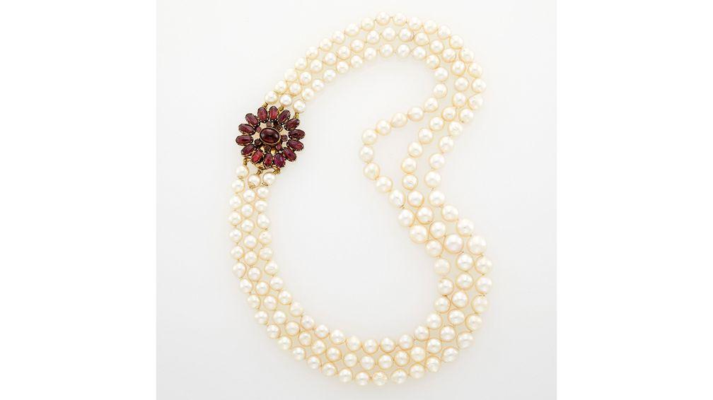 Это жемчужное ожерелье, когда-то принадлежавшее актрисе Селесте Холм, украшено золотой застежкой с гранатами