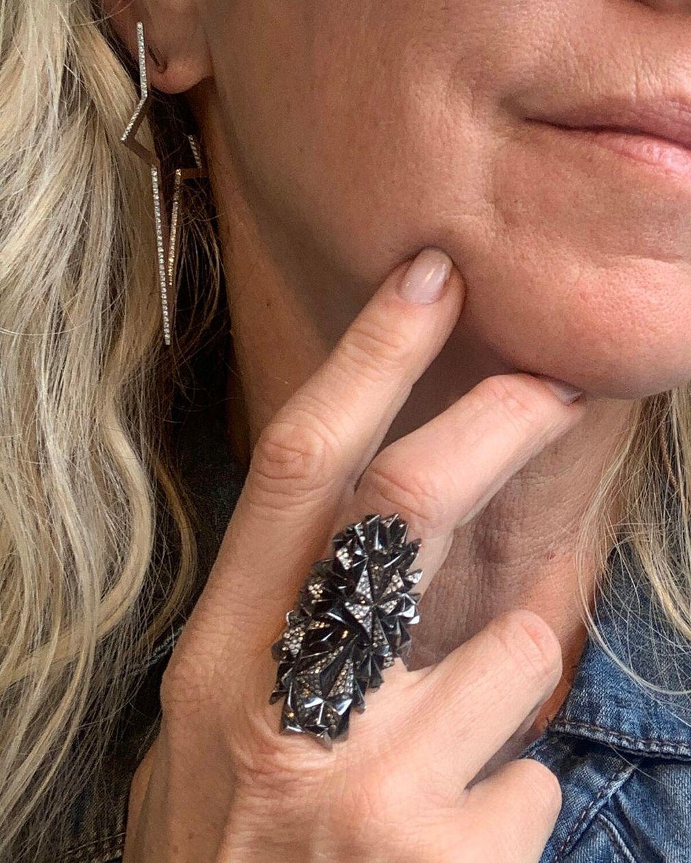 Большая серьга-звезда с бриллиантами и кольцо Eclipse из черного золота от Diane Kordas