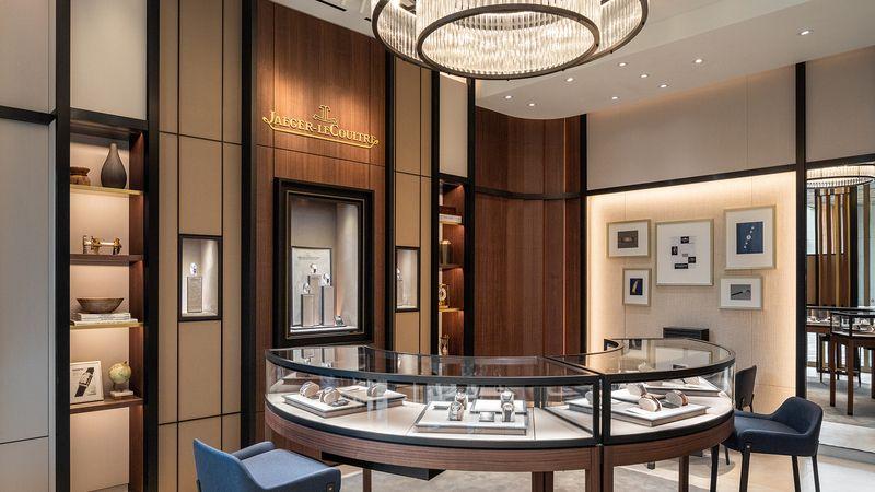 Бутик Jaeger-LeCoultre расположен на первом этаже, рядом с отделом ювелирных изделий