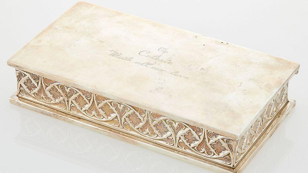 Селеста Холм снималась в мыльной опере ABC «Любить». Актеры подарили ей эту серебряную шкатулку для драгоценностей Tiffany & Co.
