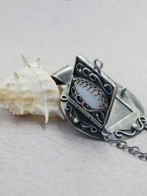 Серебряный медальон: особенности украшения, как выбрать и с чем носить