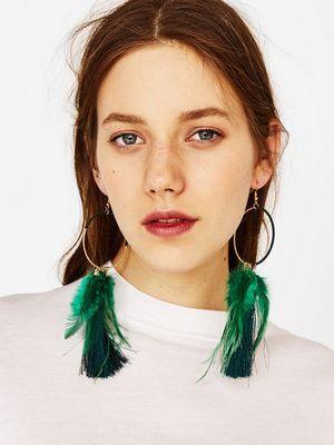 Серьги с перьями: особенности украшений и как их носить
