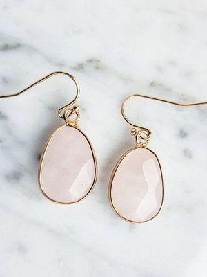 Серьги с розовым кварцем: особенности, как выбрать и носить