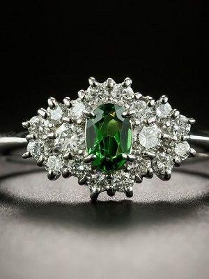 украшение с зеленым гранатом