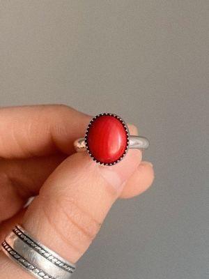 женщина держит кольцо
