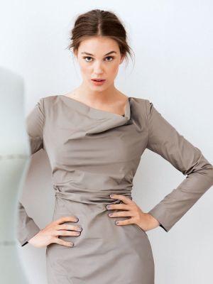 Платье сложного кроя с воротником «качели» - минимум украшений