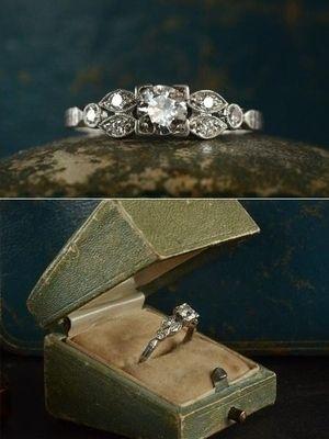 Антикварное обручальное кольцо в футляре