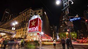 По данным Macy's, ювелирные изделия привлекают молодых покупателей