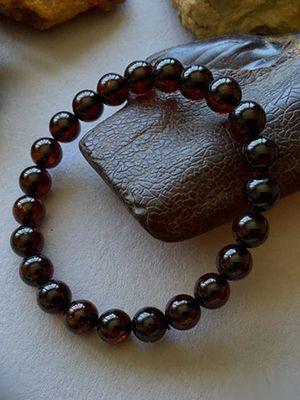 Красный янтарь: особенности и применение камня