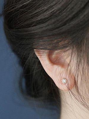 Серьги-гвоздики с бриллиантами: как выбрать и с чем носить