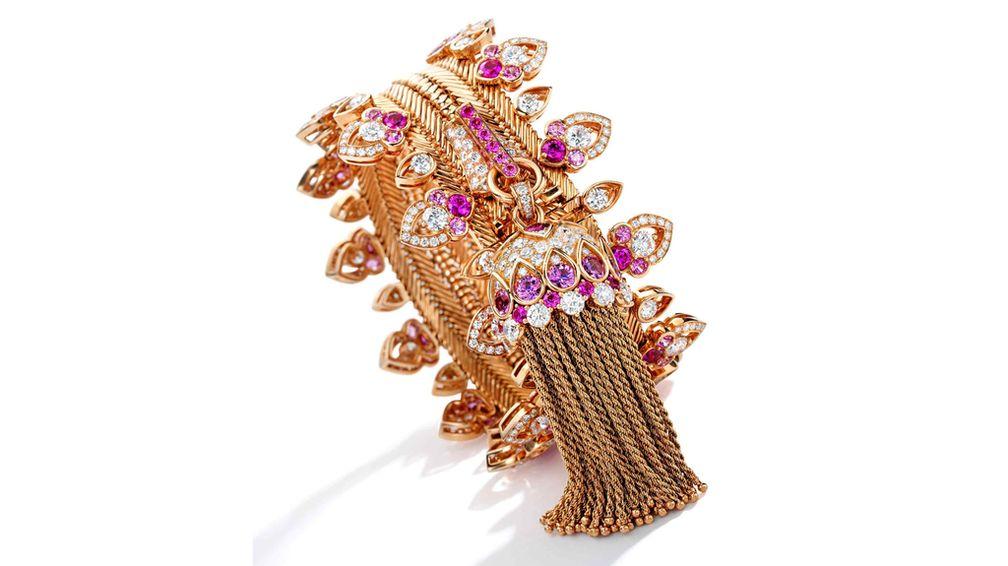 Ожидается, что этот браслет на молнии Van Cleef & Arpels, который трансформируется в колье, будет стоить от 250 000 до 350 000 долларов