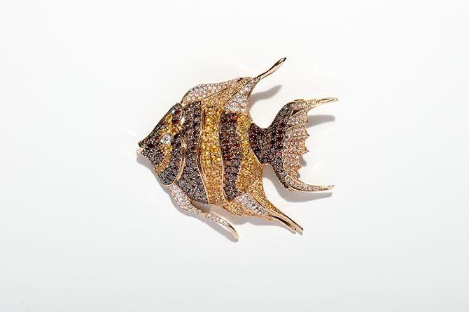 Брошь Animal World в виде рыбы от Chopard из 18-каратного желтого золота с коричневыми и белыми бриллиантами и желтыми сапфирами
