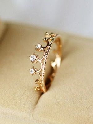 Золотое кольцо в виде короны: особенности, как выбрать и носить