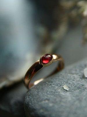 Золотые кольца с гранатом: особенности, как выбрать и носить