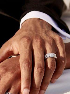 кольцо с бриллиантами на руке мужчины