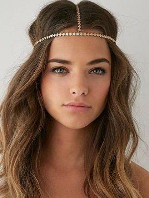 девушка с цепочкой на голове