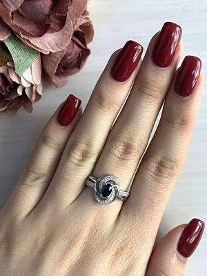 серебряное кольцо на пальце