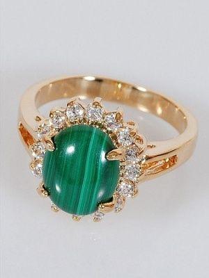 Золотое кольцо с малахитом в окружении цирконов