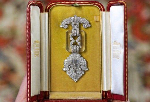 Бриллиантовая брошь на аукционе превысила в 10 раз предварительную максимальную оценку