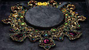 Колье с кристаллами Сваровски: особенности, как выбрать и носить