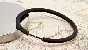 Каучуковый браслет: особенности, как выбрать и носить