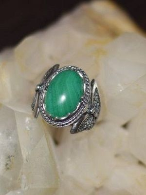 Серебряные кольца с малахитом: особенности выбора