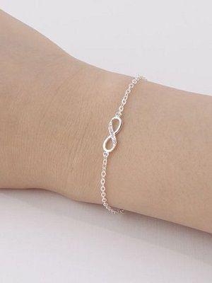 серебряный браслет на руке